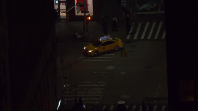 vídeos y material grabado en eventos de stock de close up: taxis amarillos y coches conducen a través de los callejones oscuros en nueva york. - señalización vial