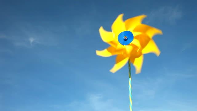 gula väderkvarn snurrar i vinden - vindsnurra jordbruksbyggnad bildbanksvideor och videomaterial från bakom kulisserna