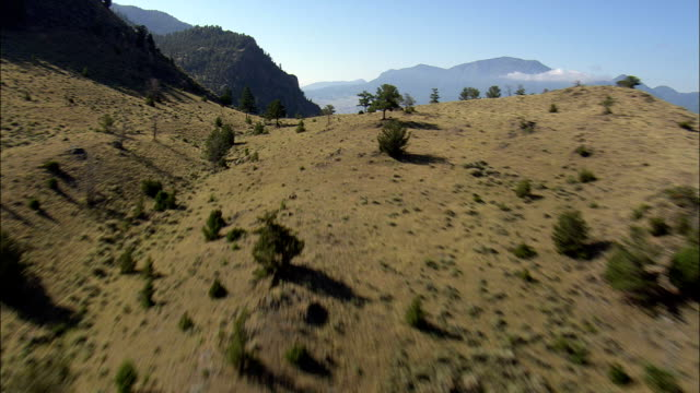 fluss yellowstone stone~~pos=headcomp river nahe dem gardiner-luftaufnahme-montana, park county, vereinigte staaten - niedrig stock-videos und b-roll-filmmaterial