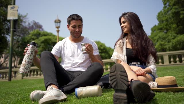 vidéos et rushes de yerba mate est un rafraîchissement parfait pour cette chaude journées d'été argentine - 20 24 ans