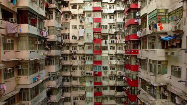 vidéos et rushes de yick cheong bâtiments, quarry bay, hong kong par drone - hlm