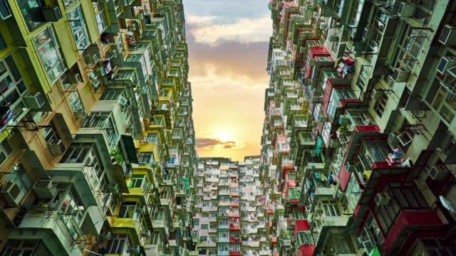 yick チョンの建物、採石場、香港。日の出 - community activism点の映像素材/bロール