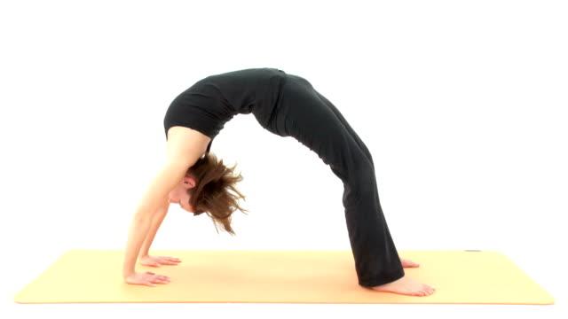 asana di yoga : volante posizione e molto altro - posizione corretta video stock e b–roll