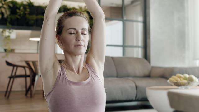 yoga hemma - lotusställning bildbanksvideor och videomaterial från bakom kulisserna