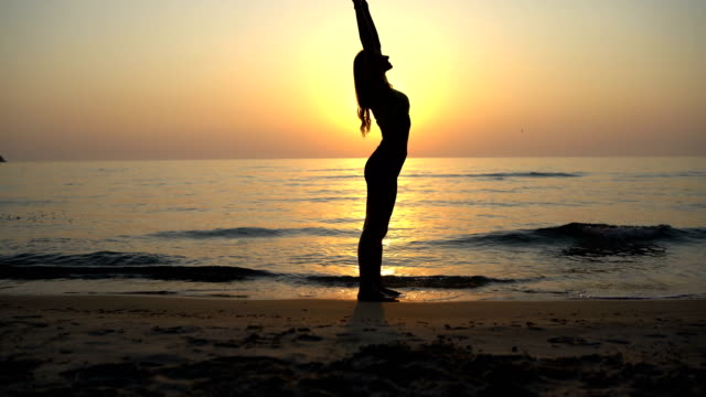 Yoga at sunrise - vídeo