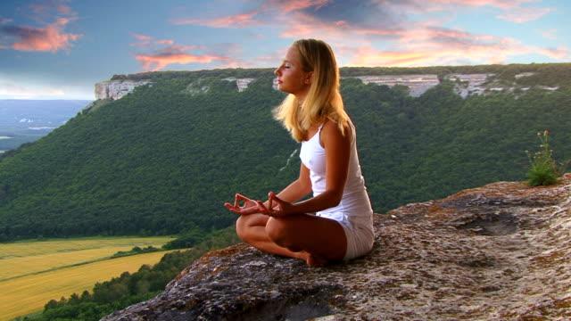 yoga at the sunset - lotusställning bildbanksvideor och videomaterial från bakom kulisserna