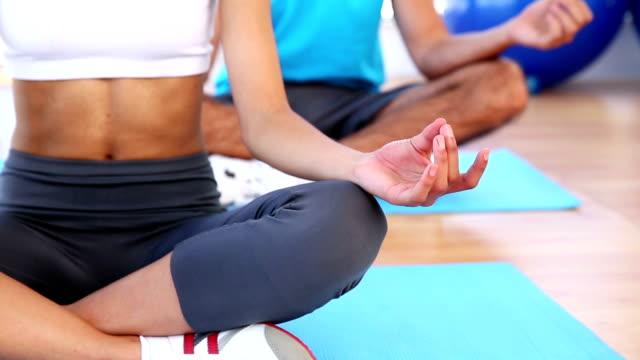 zajęcia jogi w fitness studio - biustonosz sportowy filmów i materiałów b-roll