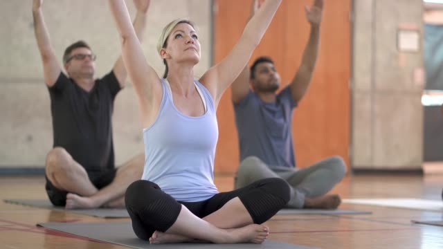 stockvideo's en b-roll-footage met yoga klasse - mindfulness
