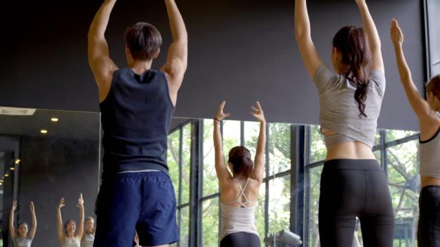 vídeos y material grabado en eventos de stock de clase de yoga con entrenador. - training