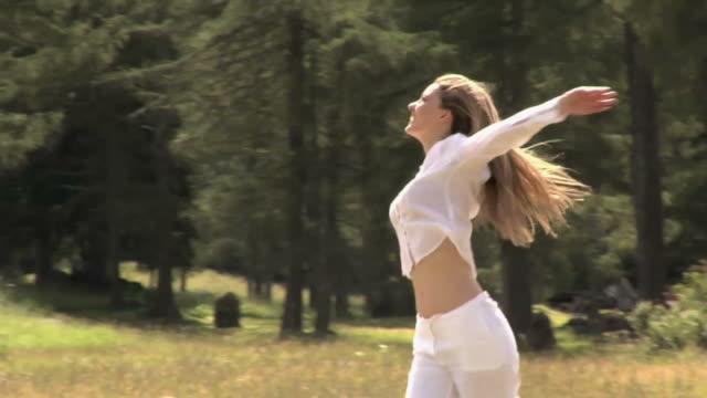 yoga exercise in a mountain field - gympingdräkt bildbanksvideor och videomaterial från bakom kulisserna
