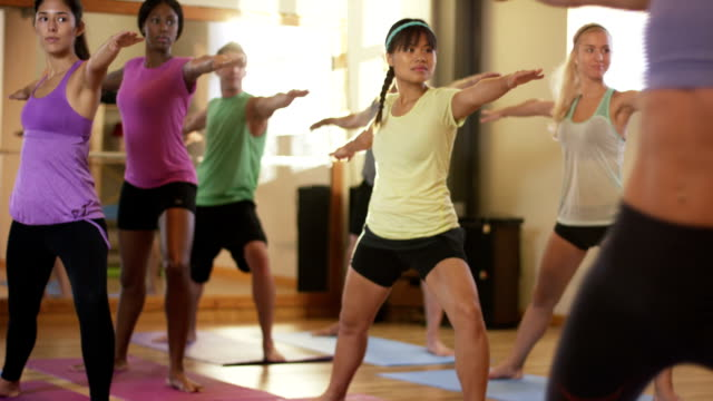 yoga-kurs - yoga stock-videos und b-roll-filmmaterial