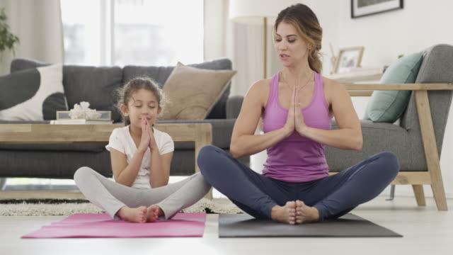 yoga is for all ages - fare il solletico video stock e b–roll