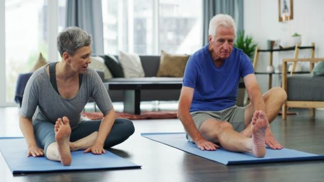 yoga är inte bara för de unga - idrotta bildbanksvideor och videomaterial från bakom kulisserna