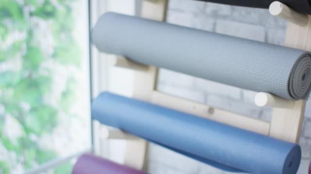 yoga mats - materassino ginnico video stock e b–roll