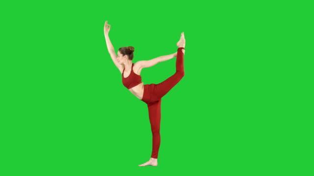 yoga-pose, frau tun stretching beine bein split auf einem green-screen, chroma-key - schlüssel videos stock-videos und b-roll-filmmaterial