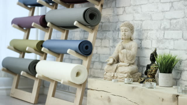yoga studio - materassino ginnico video stock e b–roll