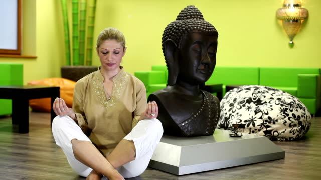 stockvideo's en b-roll-footage met yoga - 30 39 jaar