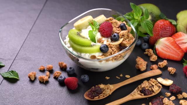 vídeos de stock e filmes b-roll de yogurt with granola and fruits - comida asiática