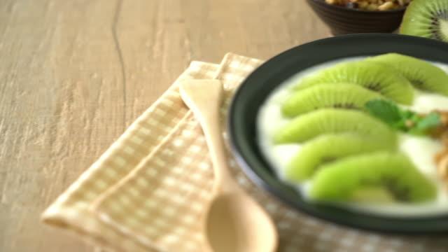 yogurt with kiwi and granola video