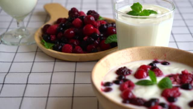Joghurt mit gemischten Beeren – Video