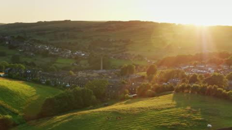 vídeos de stock e filmes b-roll de yorkshire village of haworth at sunset - drone shot - cena rural