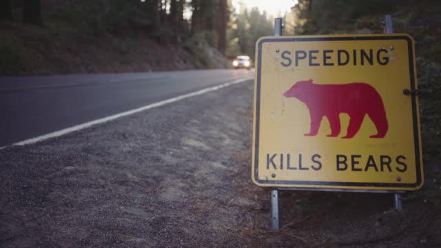 yosemite national park, kalifornien - überweg warnschild stock-videos und b-roll-filmmaterial
