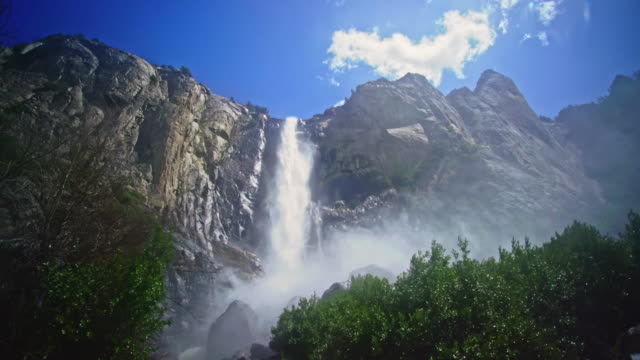 yosemite national valley bridal veil falls yosemite - parco nazionale video stock e b–roll