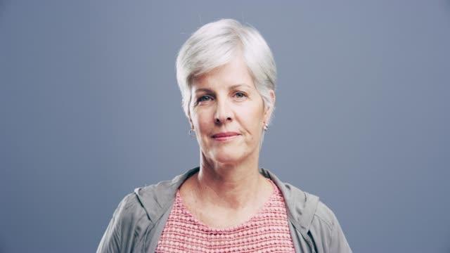 vidéos et rushes de vous n'êtes jamais à l'âge d'être heureux - femmes d'âge mûr