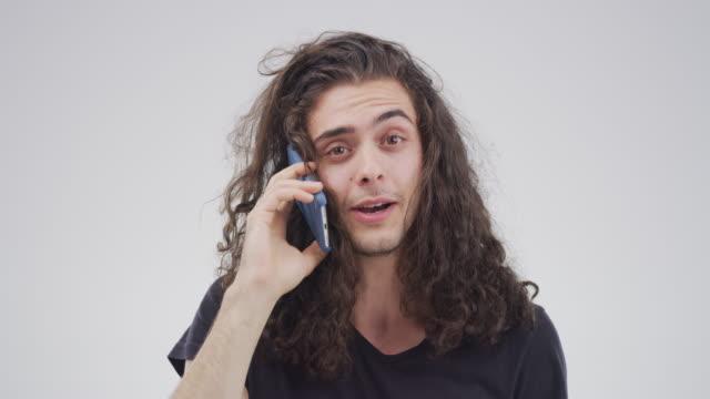 vídeos de stock e filmes b-roll de you can call me anytime - cabelo comprido