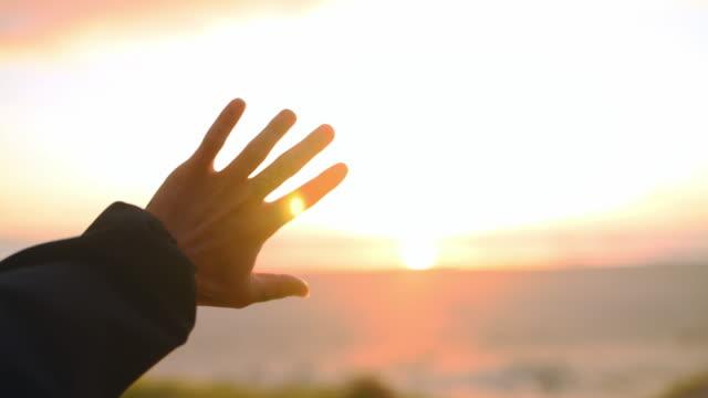 太陽の暖かさを感じることができる - 夜明け点の映像素材/bロール