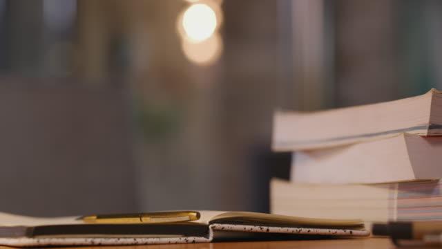 asla çok fazla bilgiye sahip olamazsınız. - çalışma kitabı stok videoları ve detay görüntü çekimi