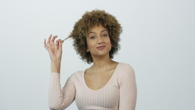 vídeos de stock e filmes b-roll de you can't keep a good curl down - puxar cabelos