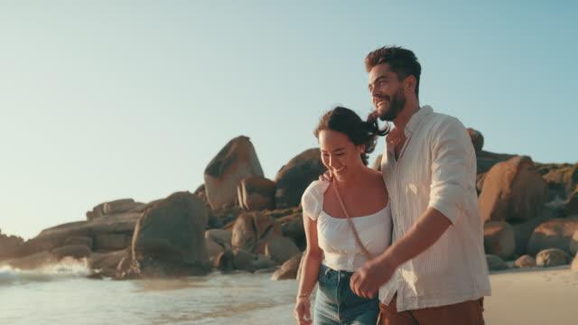 non si ottiene più romantico di un appuntamento in spiaggia - coppia eterosessuale video stock e b–roll