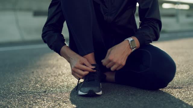 理由は必要ないし、靴が必要だ - 結ぶ点の映像素材/bロール