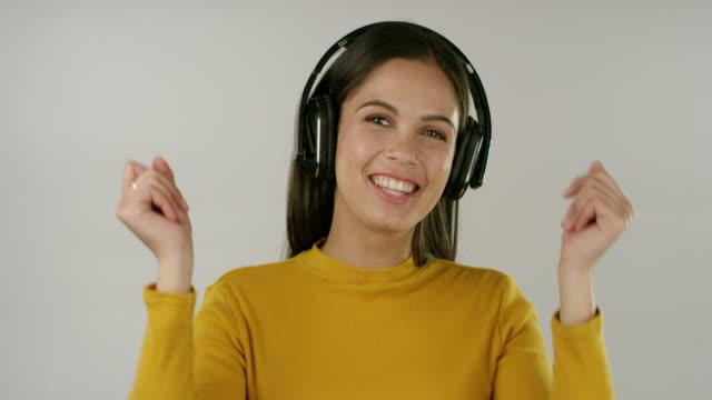 du behöver inte mycket för att göra dig lycklig, bara musik - latino music bildbanksvideor och videomaterial från bakom kulisserna