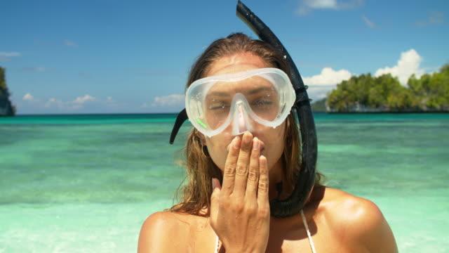 du kommer att bli kär i undervattensvärlden - blåsa en kyss bildbanksvideor och videomaterial från bakom kulisserna