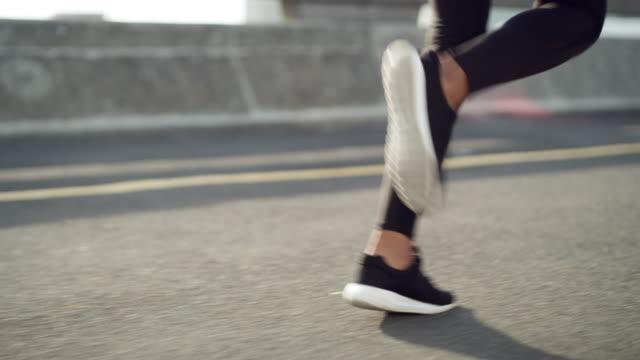 vidéos et rushes de vous aurez besoin de sauter par-dessus les obstacles pour atteindre vos objectifs - joggeuse