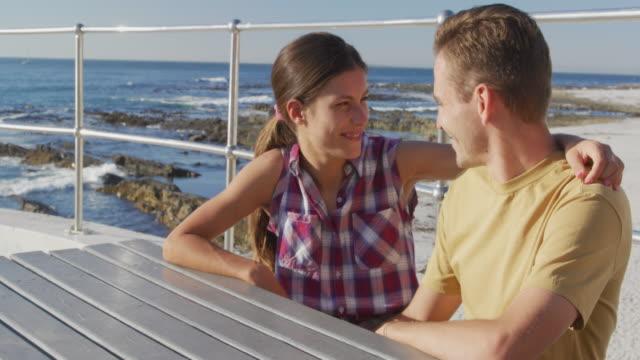 Junges erwachsenes Paar entspannt am Meer – Video