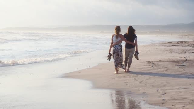 unga vuxna par promenader på stranden tillsammans - sarong bildbanksvideor och videomaterial från bakom kulisserna