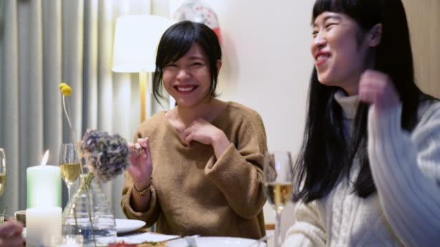 vidéos et rushes de jeunes adultes amis femmes célèbrent noël ensemble - seulement des japonais