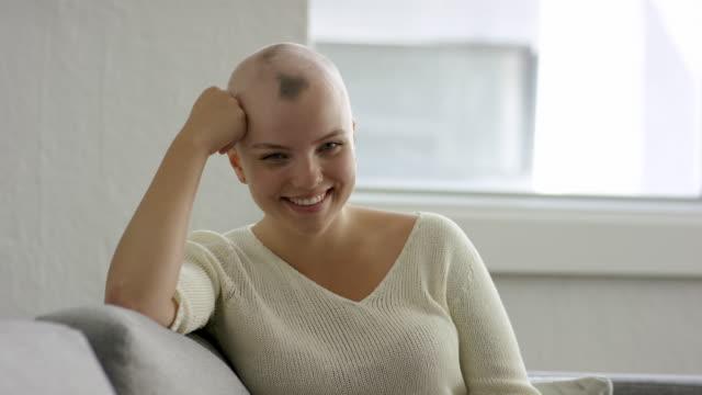 年輕成年女性與癌症在醫院 - 正面情緒 個影片檔及 b 捲影像