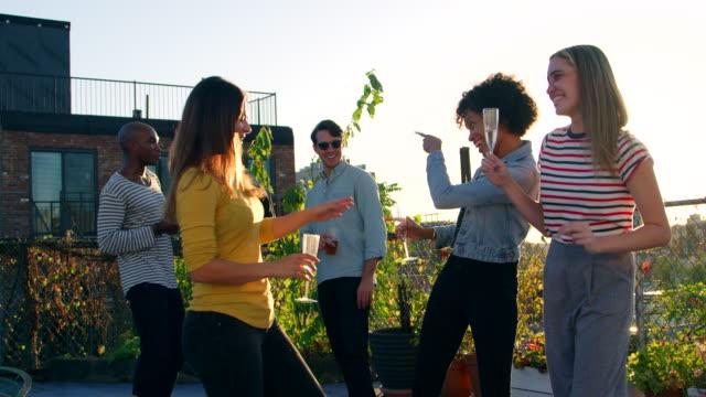 junge erwachsene freunde tanzen auf einer party auf dem dach - dachgarten videos stock-videos und b-roll-filmmaterial