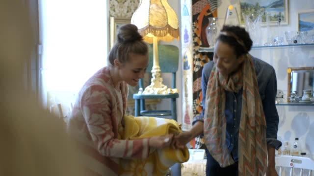 junge erwachsene freunde shopping in second-hand-laden - antique shop stock-videos und b-roll-filmmaterial