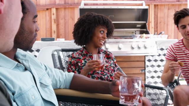 家の外玄関で話している若い大人のお友達 - デッキ点の映像素材/bロール