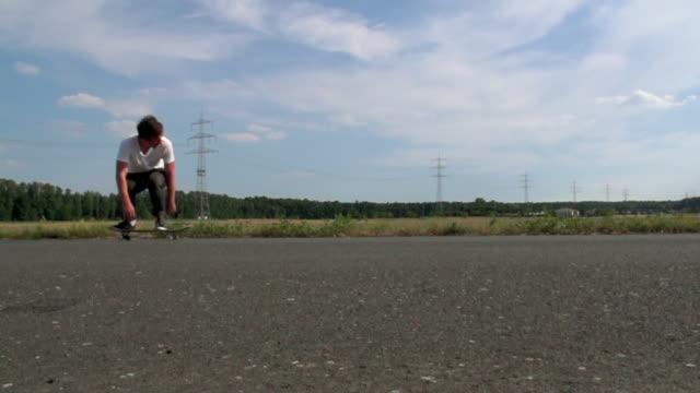 junger Erwachsener drängt auf einem skateboard – Video