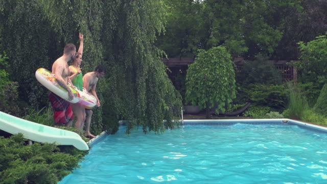 vídeos y material grabado en eventos de stock de jóvenes adultos saltando buceo fiesta en la piscina al aire libre barbacoa de verano - backyard pool