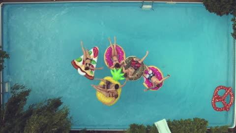 vídeos y material grabado en eventos de stock de jóvenes adultos saltando buceo fiesta en la piscina al aire libre barbacoa de verano - verano
