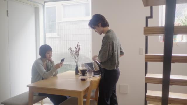 若い大人の男は午前中にコーヒーの上に注ぐ - お茶の時間点の映像素材/bロール