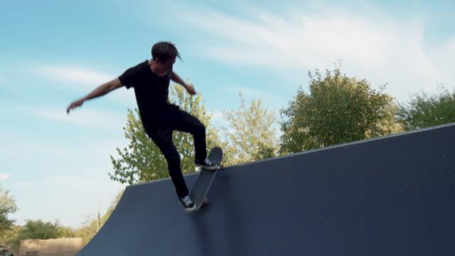 unga vuxna skateboard halfpipe 4k super slowmotion - skatepark bildbanksvideor och videomaterial från bakom kulisserna