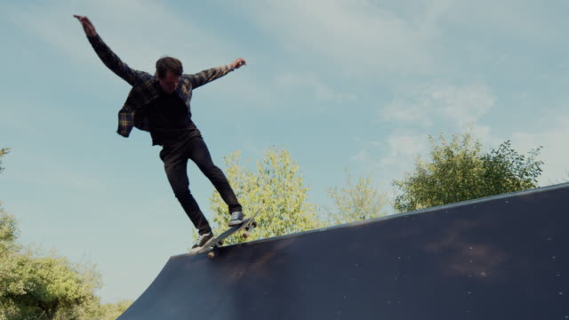 若い大人スケート ボード ハーフパイプ 4 k スーパー スロー モーション - スケートボードをする点の映像素材/bロール